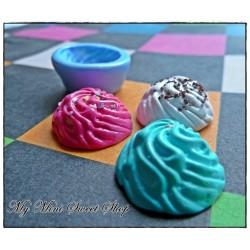 Mal slagroom voor cupcake